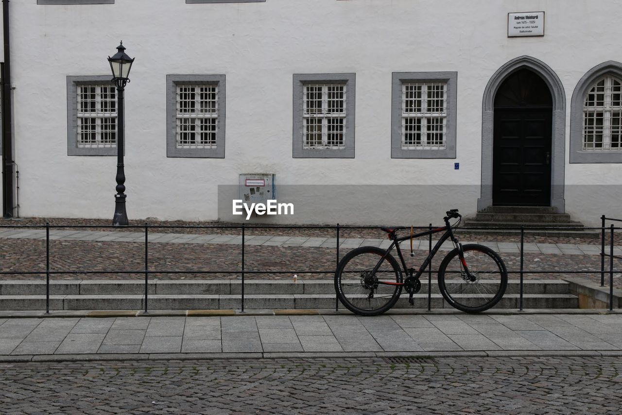 building exterior, architecture, built structure, bicycle, transportation, window, mode of transport, outdoors, land vehicle, day, no people, city