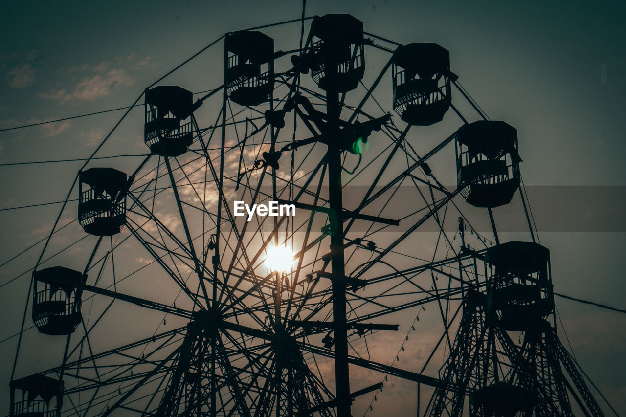 LOW ANGLE VIEW OF SILHOUETTE FERRIS WHEEL AGAINST SKY AT DUSK