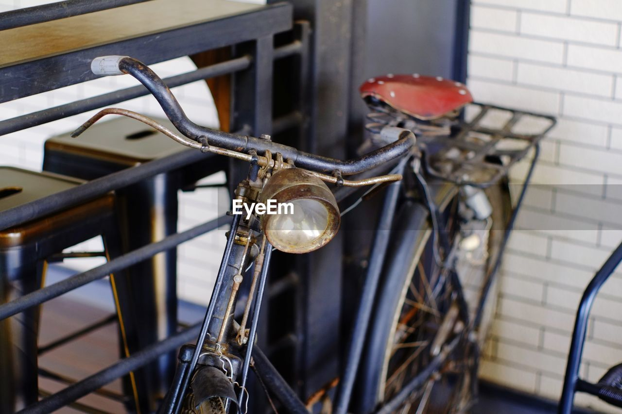 bicycle, mode of transportation, stationary, land vehicle, transportation, metal, no people, focus on foreground, handlebar, day, close-up, selective focus, outdoors, seat, headlight, architecture, travel, handle, city, wheel, antique