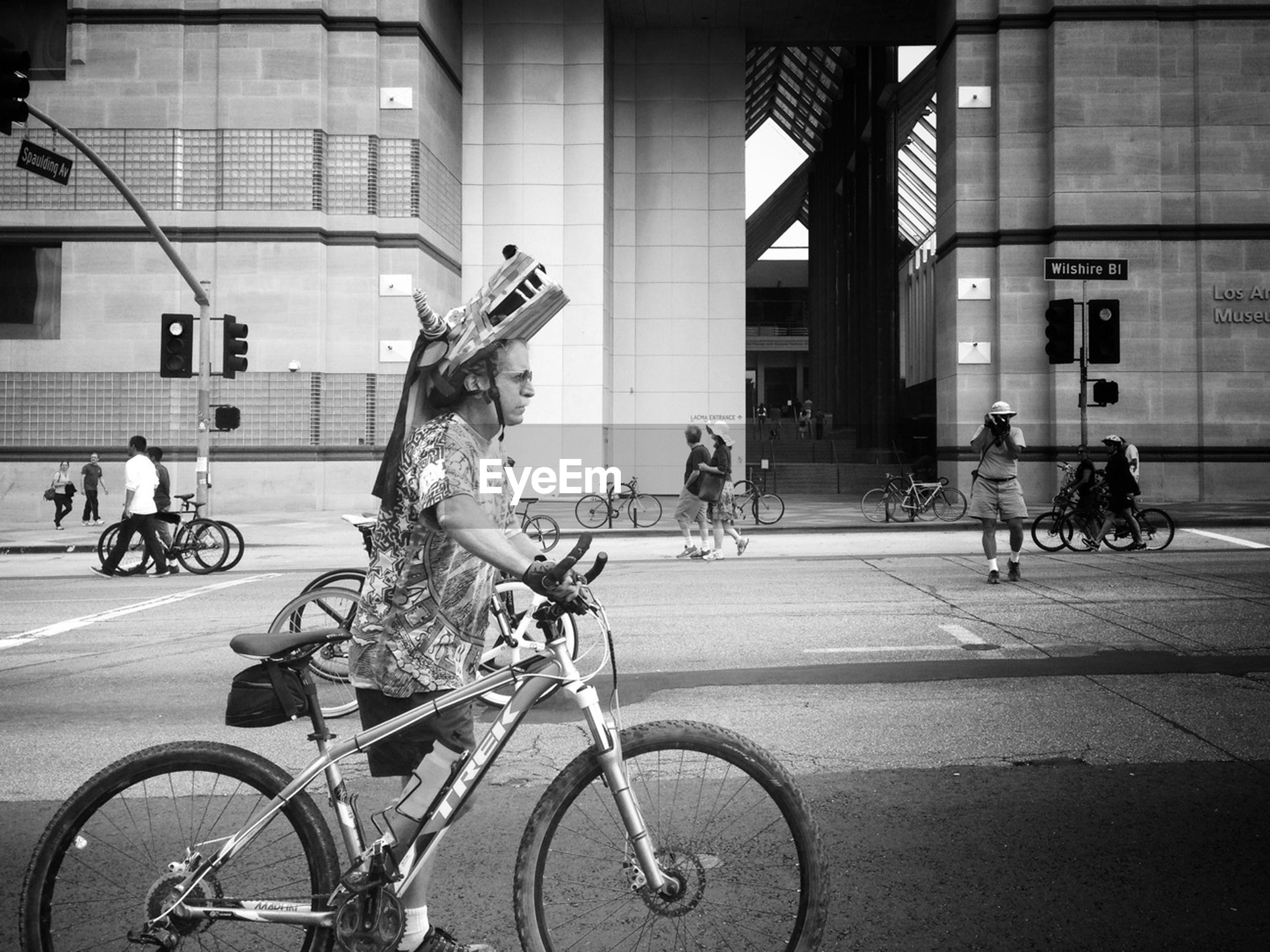 bicycle, transportation, mode of transport, riding, land vehicle, men, street, building exterior, lifestyles, architecture, built structure, leisure activity, city, cycling, full length, city life, person, road