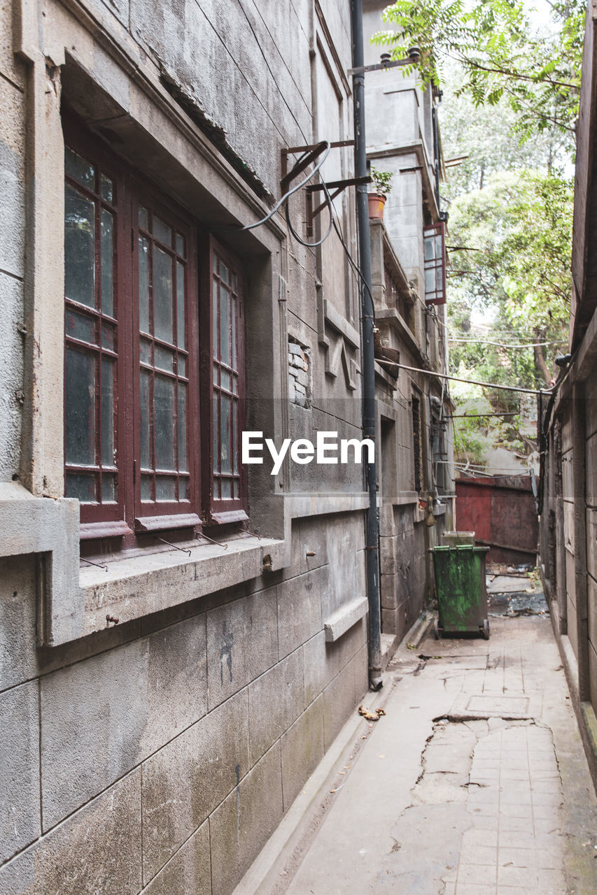 architecture, built structure, building exterior, window, building, day, no people, outdoors, city, old, residential district, house, plant, wall, footpath, entrance, street, door, tree, wall - building feature, alley