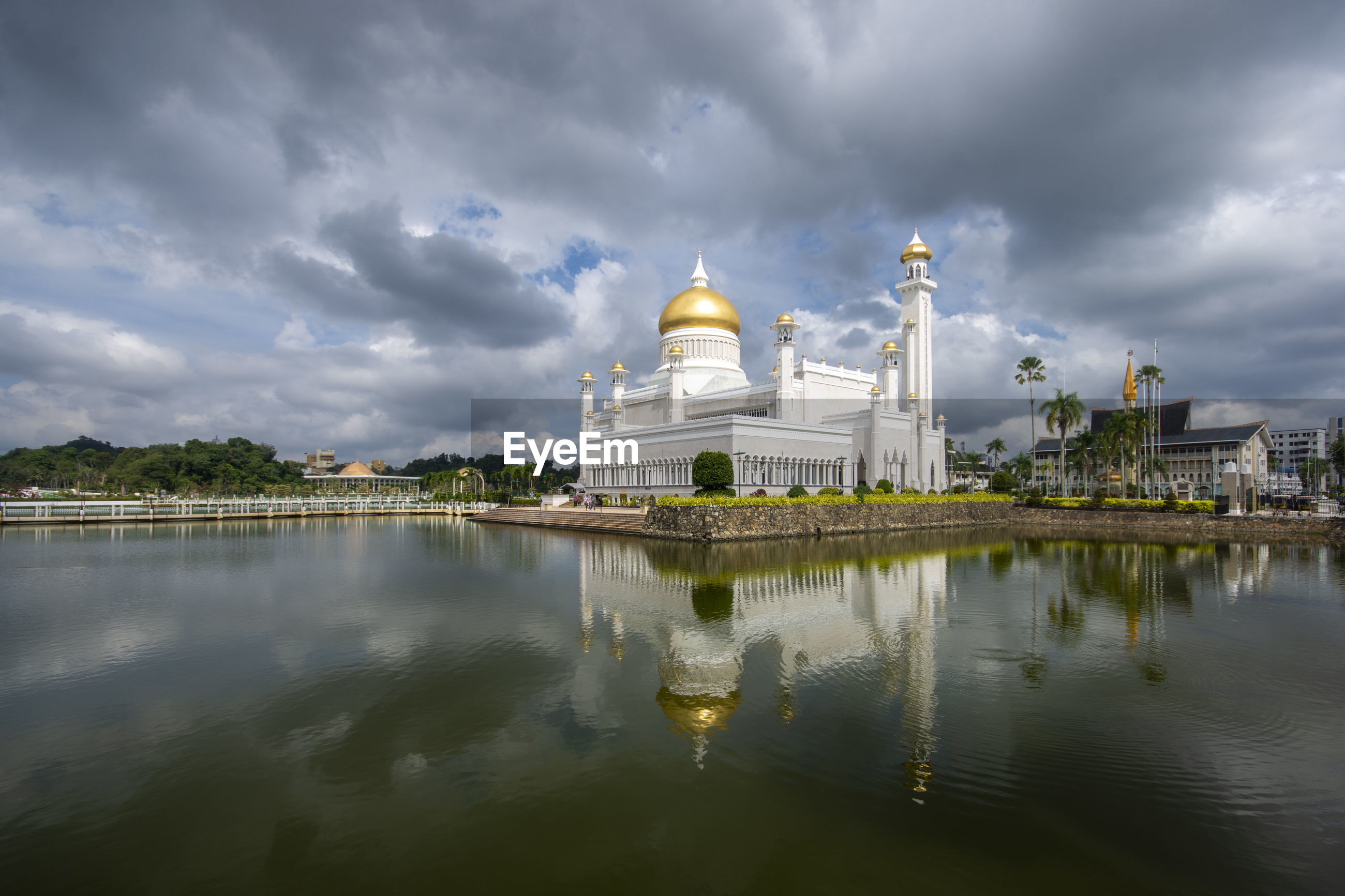Sultan omar ali saifuddien mosque and reflection against cloudy sky