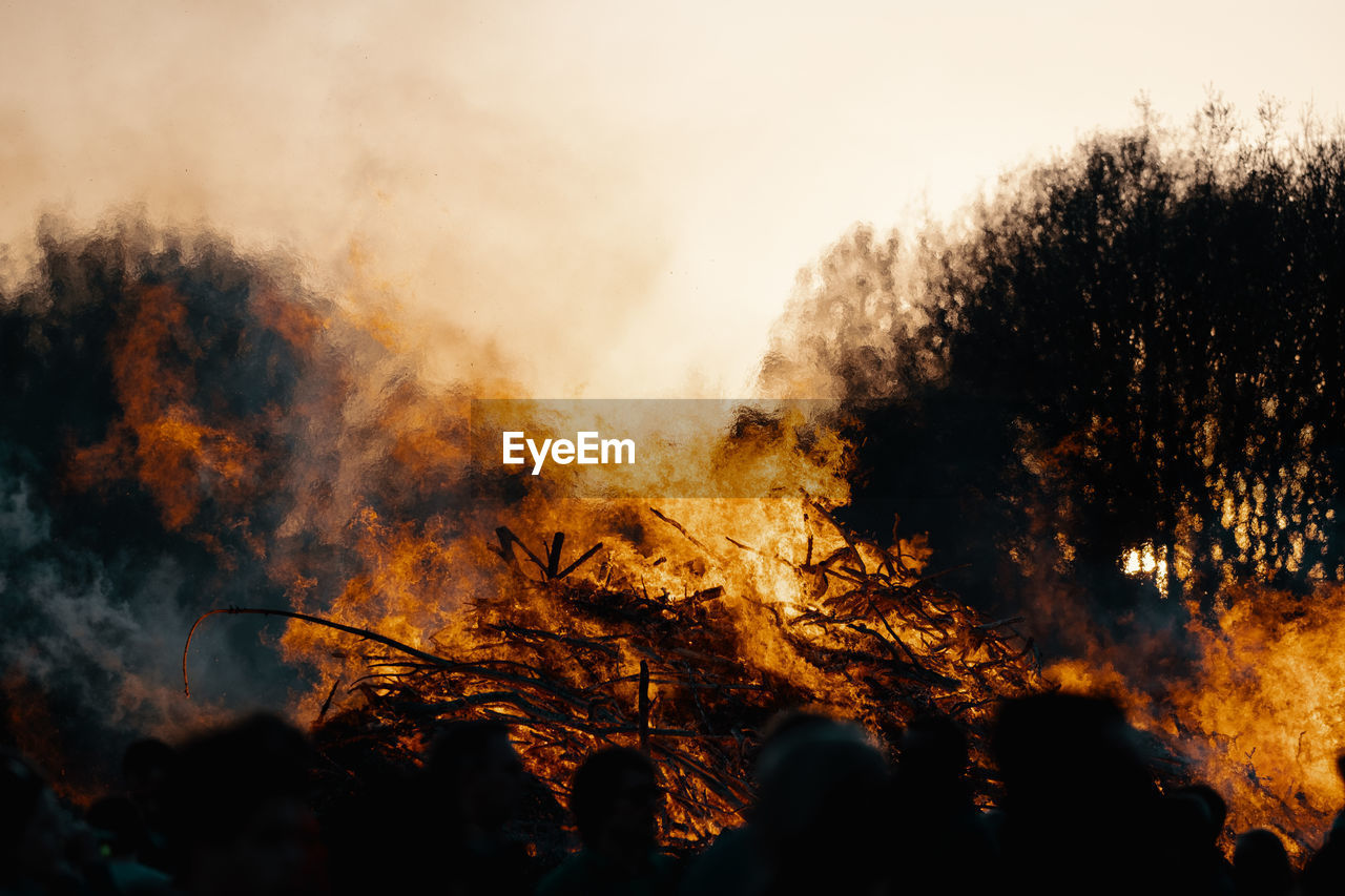 burning, fire, fire - natural phenomenon, flame, heat - temperature, smoke - physical structure, accidents and disasters, group of people, forest fire, destruction, tree, nature, real people, environmental damage, event, environment, environmental issues, pollution, communication, outdoors, air pollution