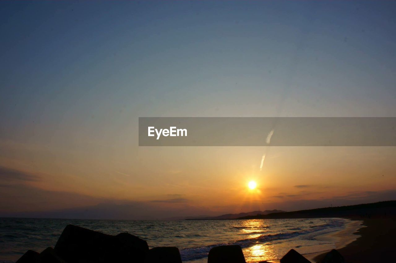 sunset, sea, sun, water, scenics, beauty in nature, nature, tranquility, sky, tranquil scene, horizon over water, no people, sunlight, outdoors, clear sky, beach