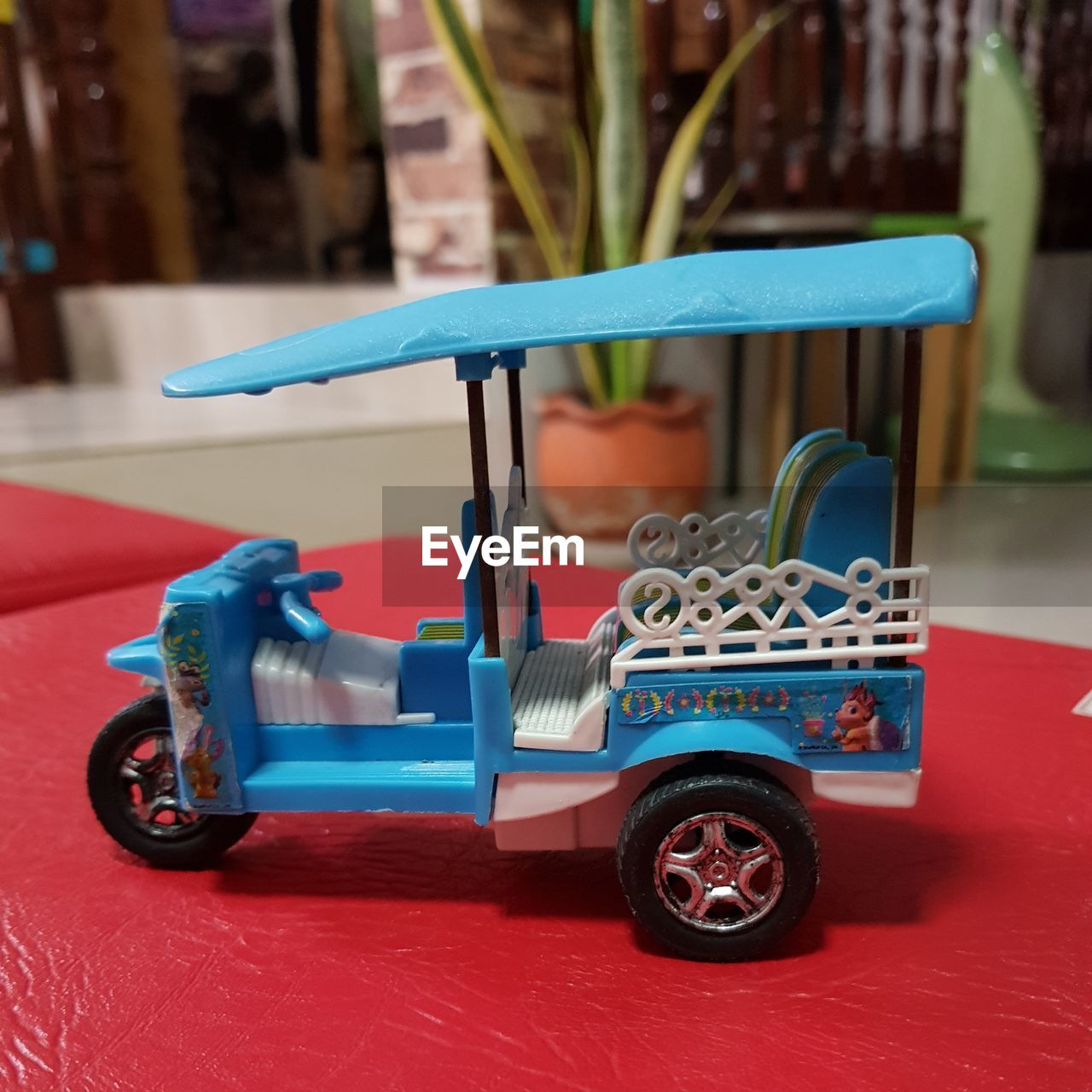 childhood, toy, blue, toy car, mode of transportation, transportation, red, car, land vehicle, focus on foreground, close-up, day, still life, wheel, motor vehicle, indoors, selective focus, multi colored