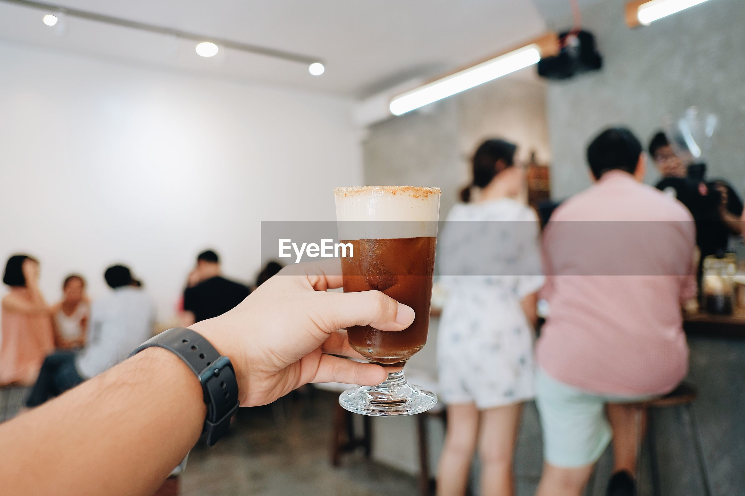 CROPPED IMAGE OF PEOPLE HOLDING GLASS OF BEER