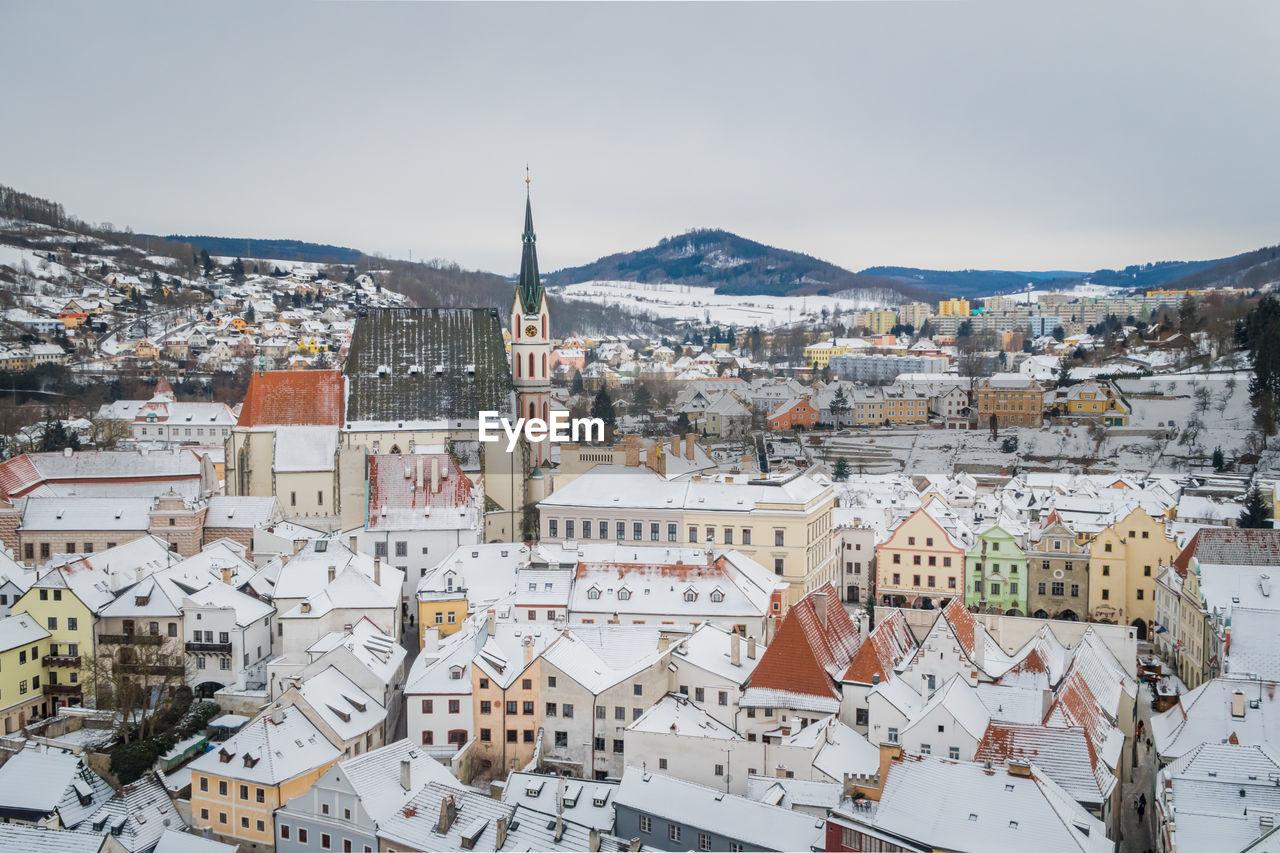 Winter view old town of cesky krumlov and church in cesky krumlov, czech republic