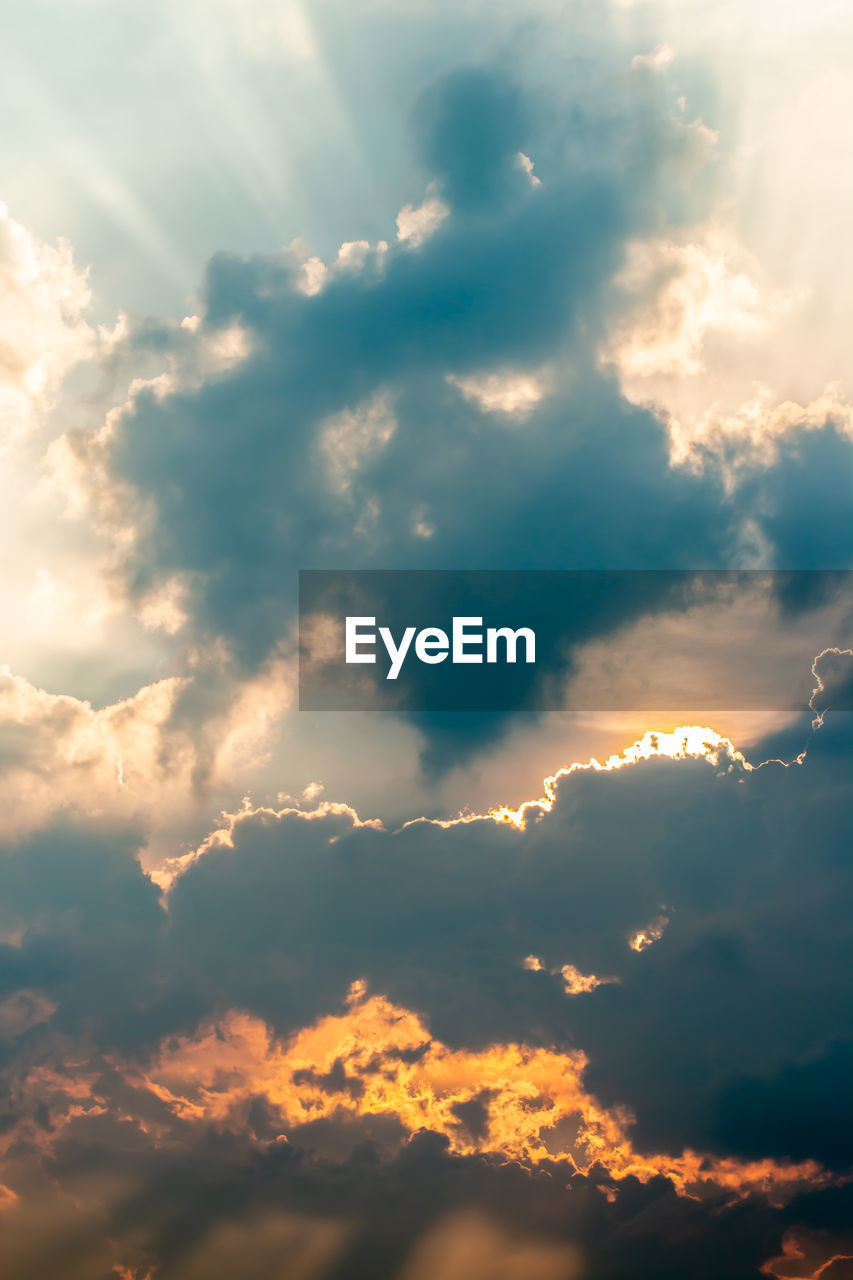 cloud - sky, sky, beauty in nature, scenics - nature, tranquility, tranquil scene, low angle view, nature, sunset, no people, idyllic, outdoors, sunlight, sunbeam, backgrounds, cloudscape, full frame, dramatic sky, day, meteorology, streaming