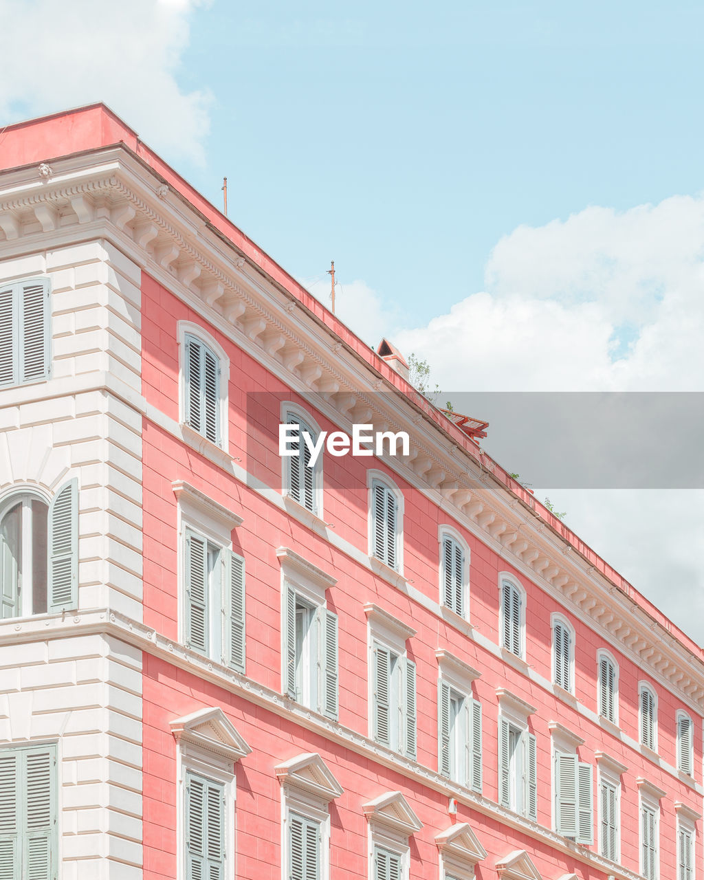 building exterior, architecture, built structure, cloud - sky, sky, low angle view, building, day, window, no people, nature, red, city, outdoors, residential district, sunlight, in a row, city life, apartment, pink color