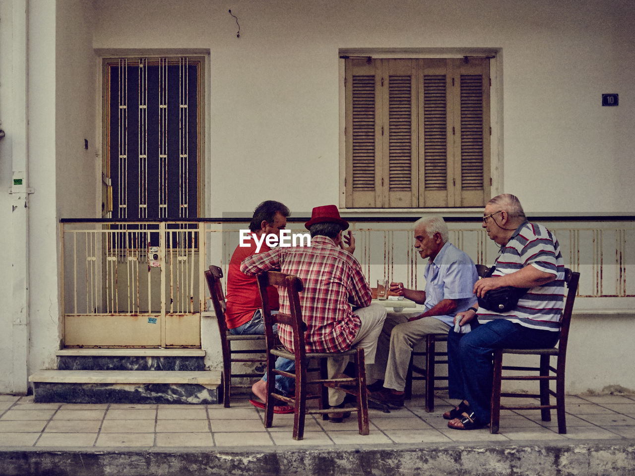 sitting, real people, casual clothing, togetherness, men, full length, lifestyles, relaxation, building exterior, day, women, outdoors, architecture, friendship, young adult, adult, people