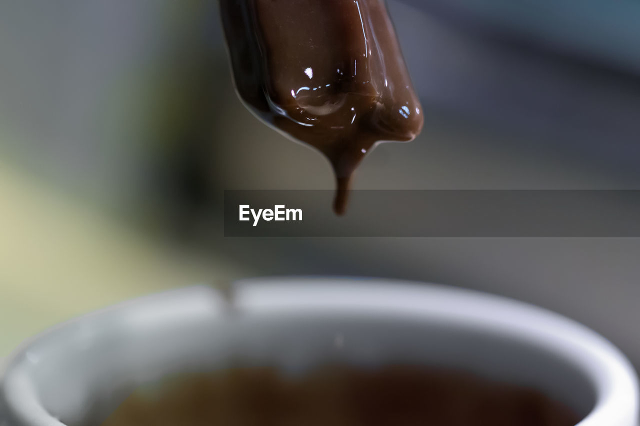 close-up, focus on foreground, food and drink, selective focus, drop, water, no people, coffee, refreshment, drink, cup, coffee - drink, pouring, indoors, coffee cup, freshness, falling, motion, mug, crockery
