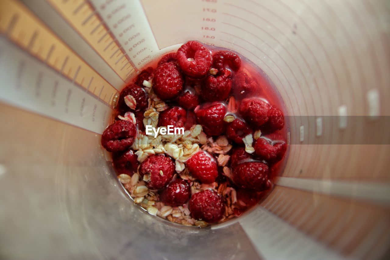 HIGH ANGLE VIEW OF FRESH STRAWBERRIES IN BOWL