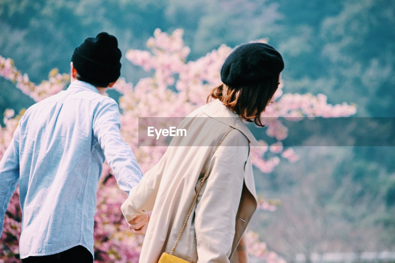 two people, real people, rear view, men, togetherness, walking, day, outdoors, women, lifestyles, bonding, friendship, well-dressed, nature, young adult, people