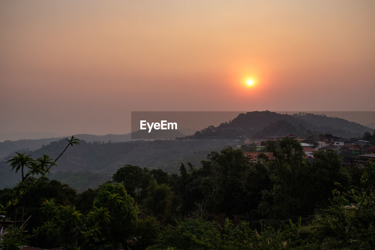 sky, sunset, mountain, scenics - nature, beauty in nature, tranquil scene, tranquility, plant, tree, sun, orange color, idyllic, non-urban scene, nature, environment, mountain range, no people, landscape, cloud - sky, growth, outdoors