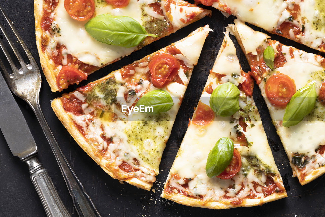 HIGH ANGLE VIEW OF PIZZA IN PLATE