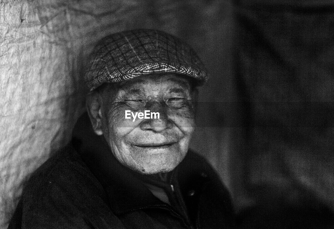 senior adult, looking at camera, senior men, portrait, wrinkled, real people, one person, smiling, one senior man only, happiness, outdoors, human face, lifestyles, close-up, men, day, mammal, people