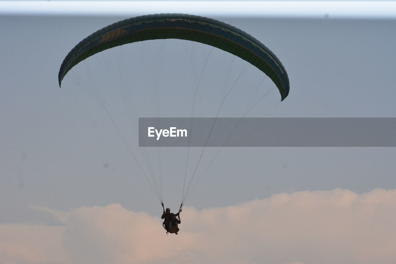 parachute, paragliding, extreme sports, sky, sport, adventure, flying, mid-air, cloud - sky, unrecognizable person, leisure activity, exhilaration, gliding, one person, real people, nature, lifestyles, transportation, day, freedom, outdoors