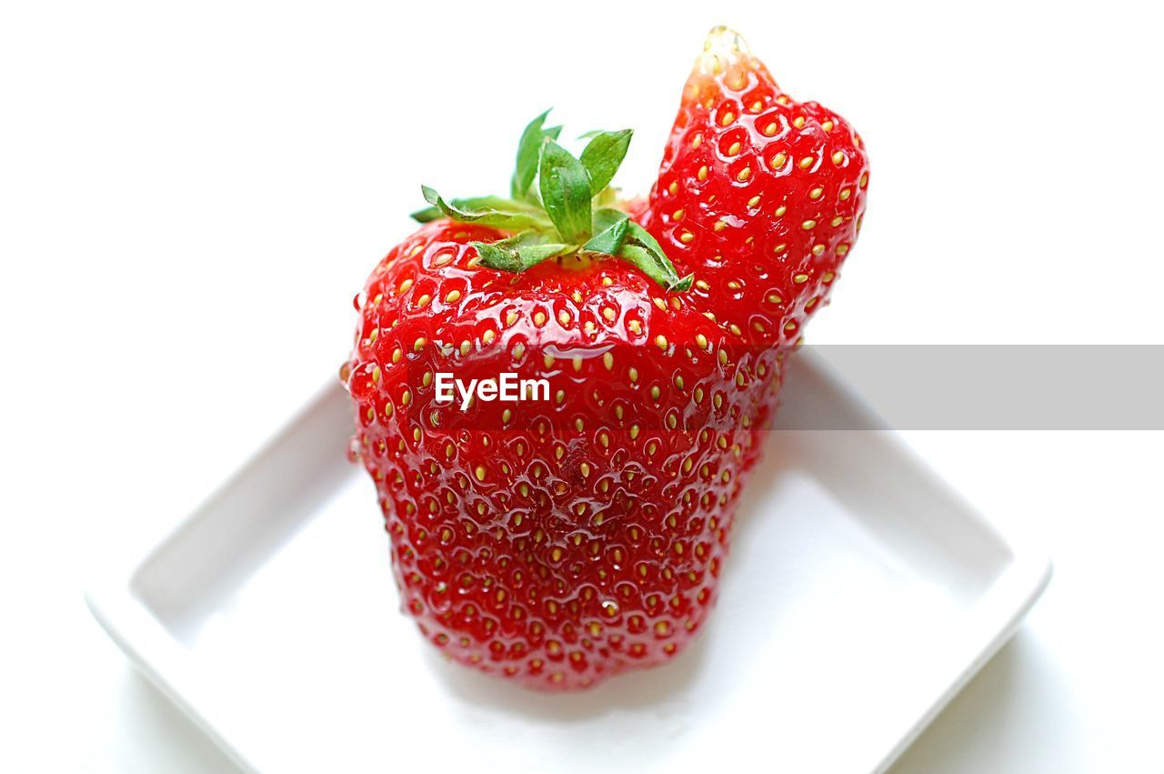 CLOSE-UP OF STRAWBERRY ON PLATE