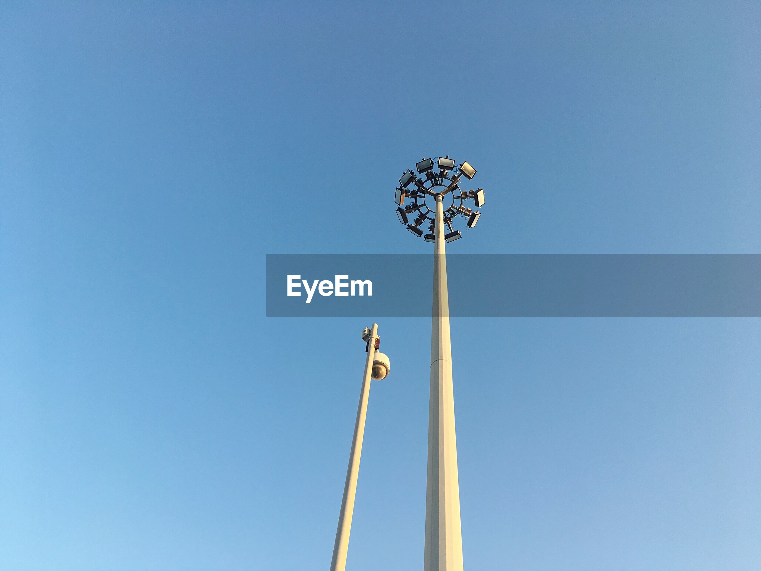 LOW ANGLE VIEW OF WIND TURBINE AGAINST CLEAR BLUE SKY