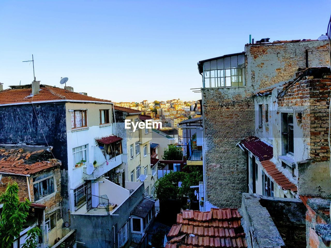 architecture, building exterior, built structure, building, sky, residential district, clear sky, city, nature, no people, house, town, day, roof, outdoors, blue, copy space, old, window, community, townscape, apartment
