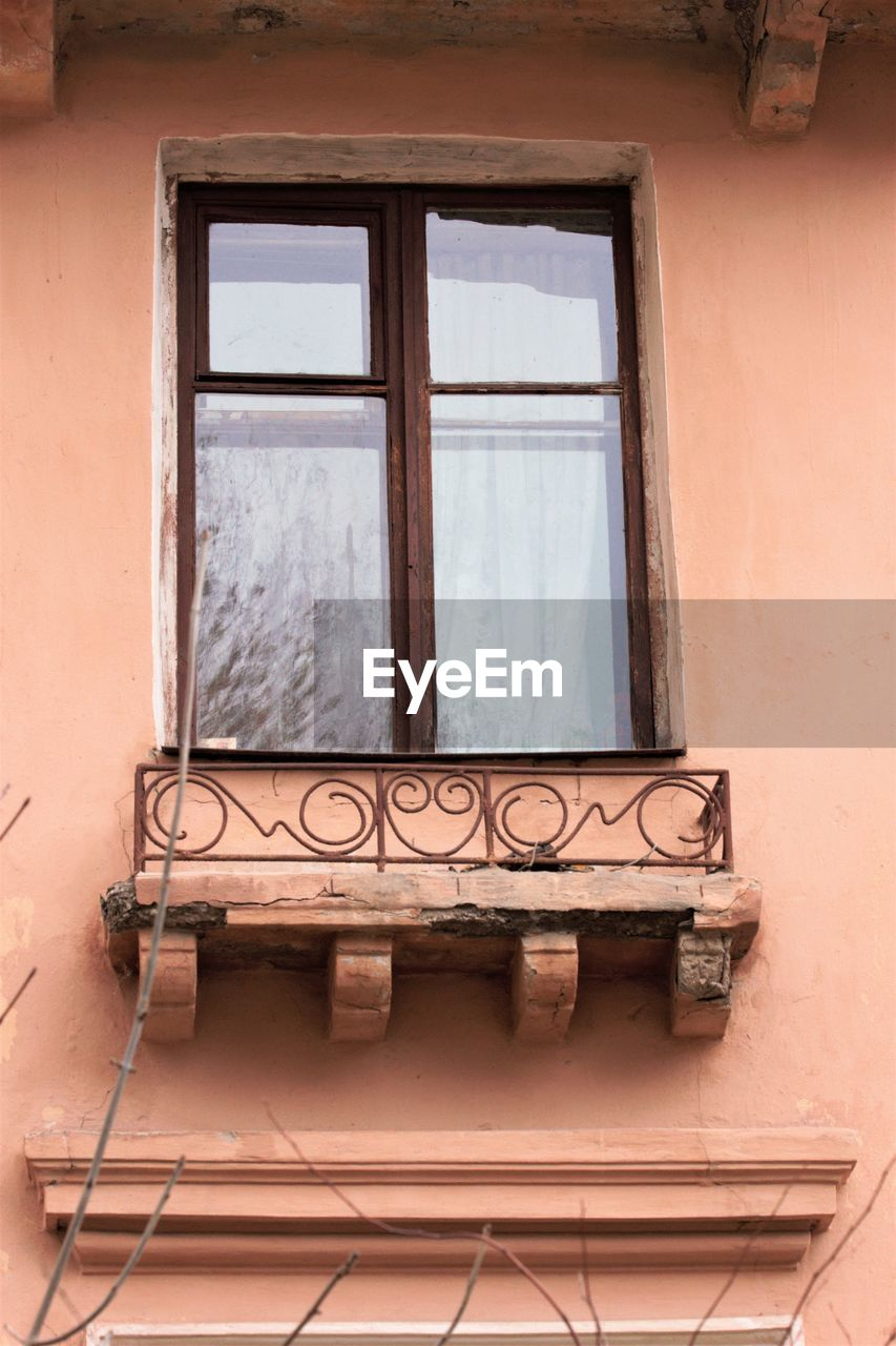LOW ANGLE VIEW OF WINDOW OF HOUSE