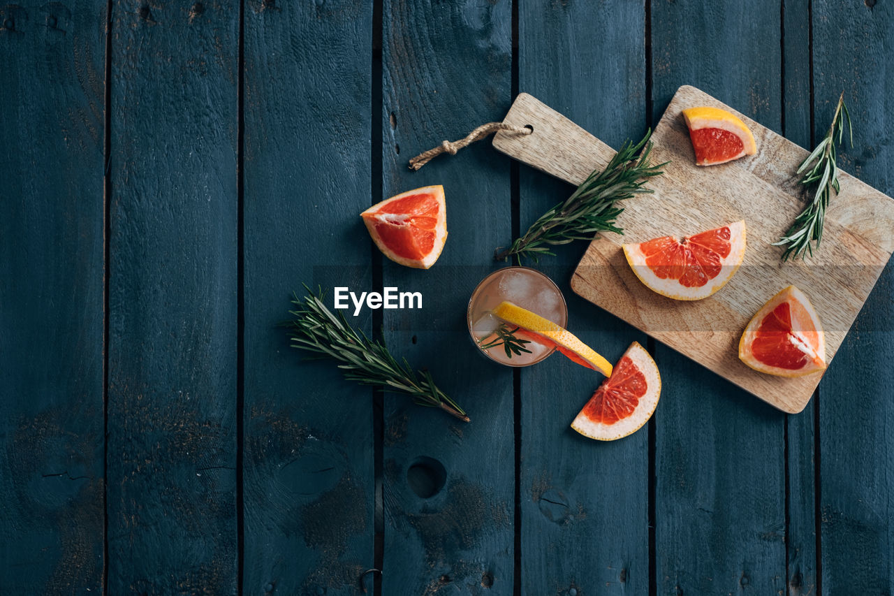wood - material, slice, no people, table, variation, high angle view, food and drink, rustic, freshness, fruit, healthy eating, food, indoors, day, blood orange