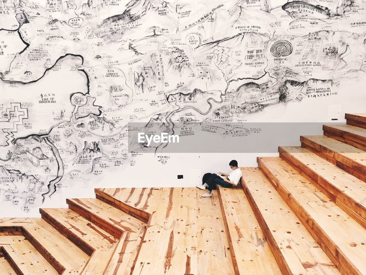 CLOSE-UP OF WOODEN WALL