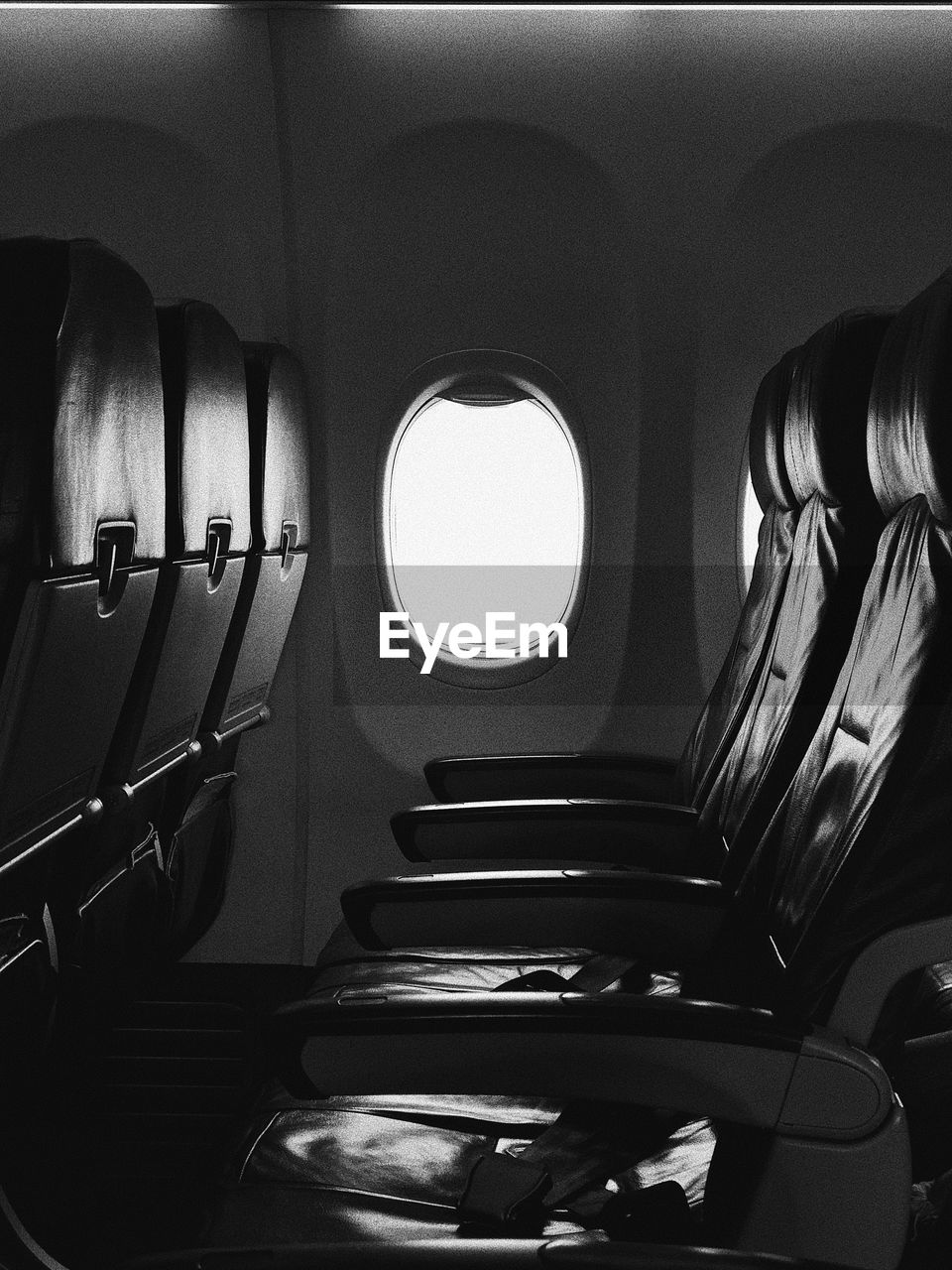 seat, vehicle interior, in a row, air vehicle, airplane, no people, empty, indoors, travel, mode of transportation, transportation, absence, window, day, vehicle seat, airplane seat, journey, wealth, luxury, aisle
