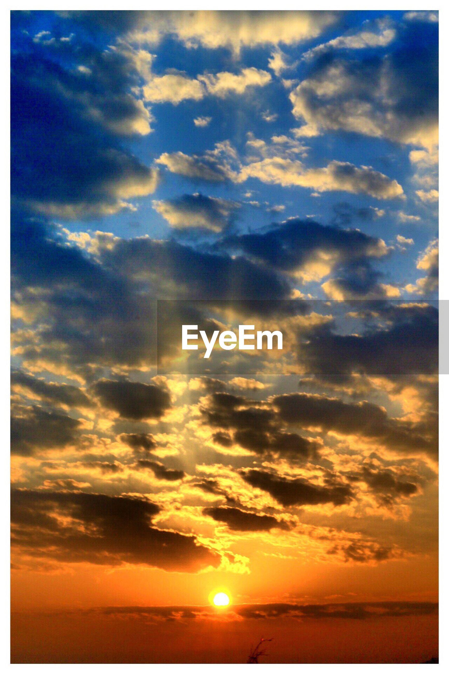 sunset, scenics, sky, tranquil scene, beauty in nature, tranquility, sun, cloud - sky, nature, orange color, idyllic, transfer print, cloud, sea, horizon over water, water, sunlight, cloudy, dramatic sky, majestic