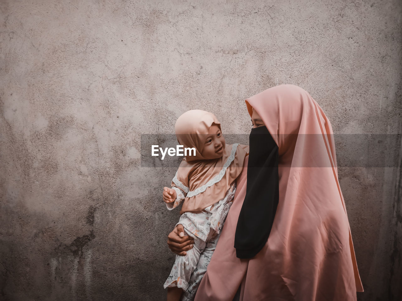 The gaze of love between a mother and a happy child