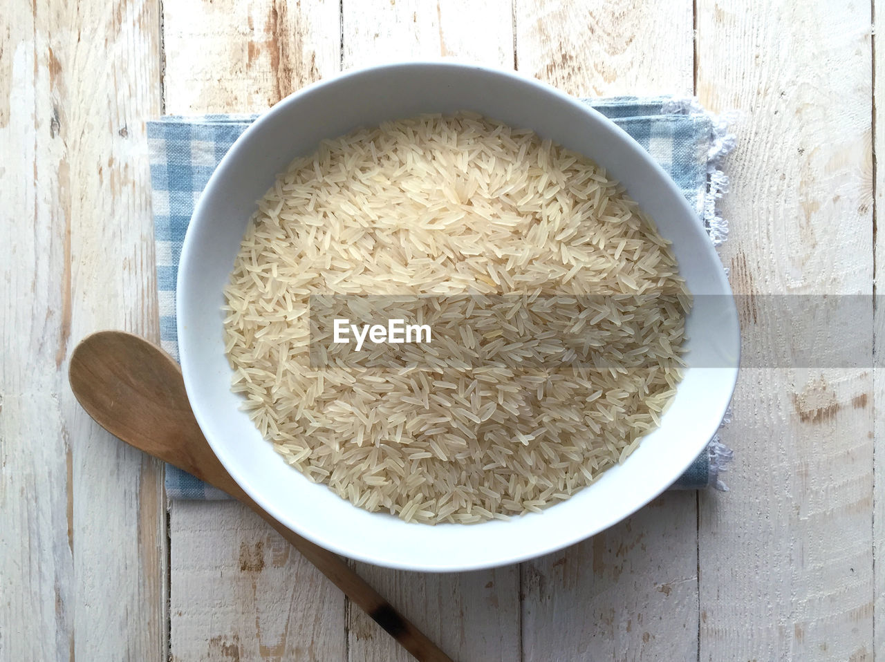 Directly above shot of uncooked rice in bowl on table