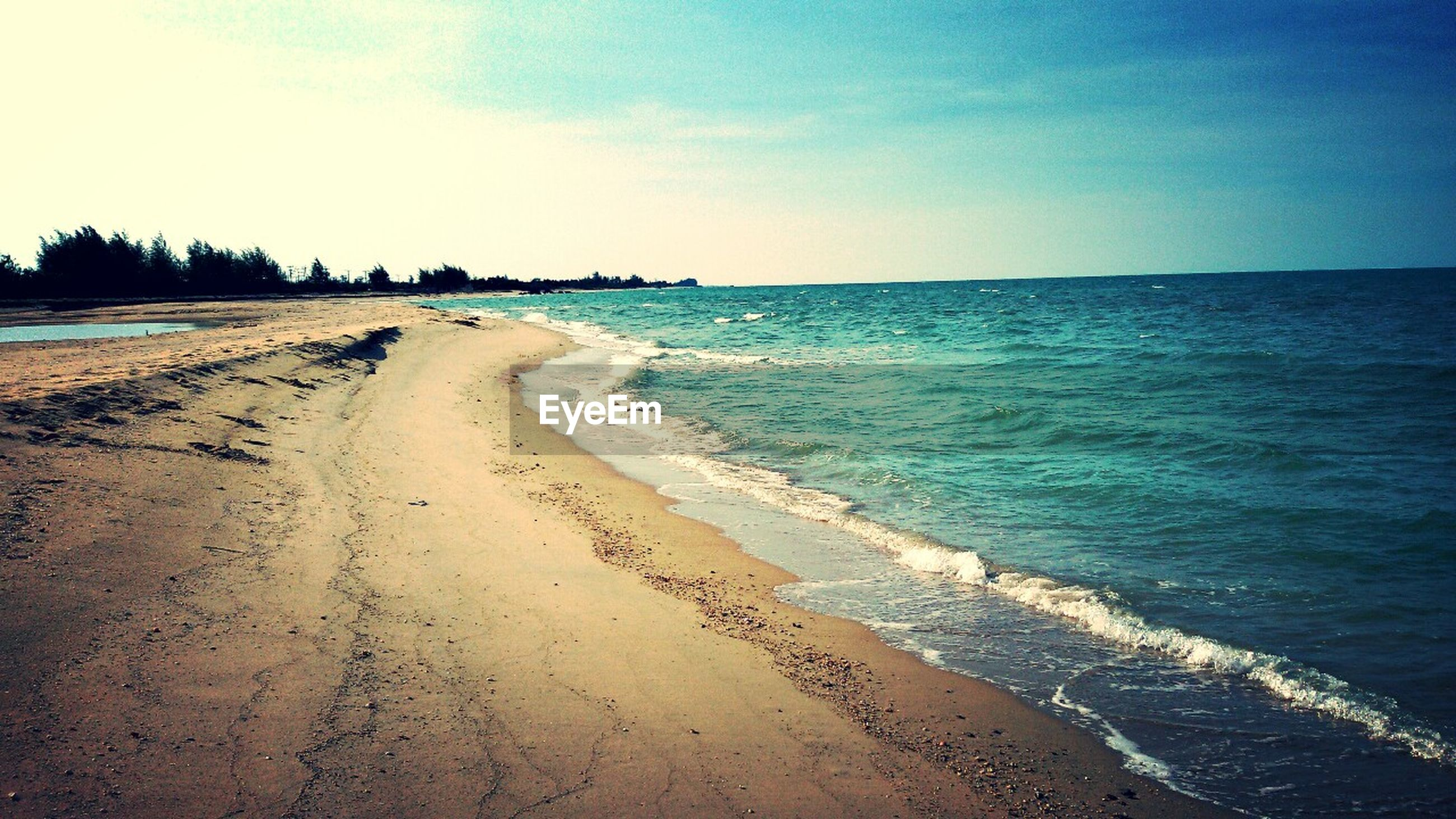 sea, beach, sand, water, shore, horizon over water, tranquil scene, scenics, tranquility, sky, beauty in nature, wave, coastline, nature, surf, blue, incidental people, idyllic, vacations, tide