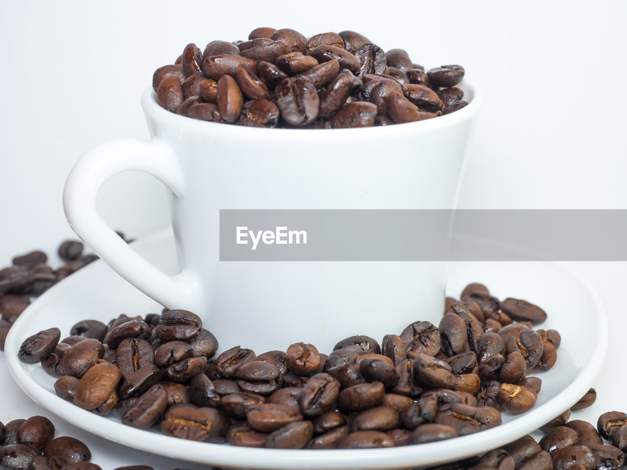 coffee, coffee - drink, food and drink, roasted coffee bean, cup, refreshment, drink, coffee cup, still life, food, mug, brown, freshness, coffee bean, indoors, close-up, large group of objects, abundance, no people, group, caffeine, crockery