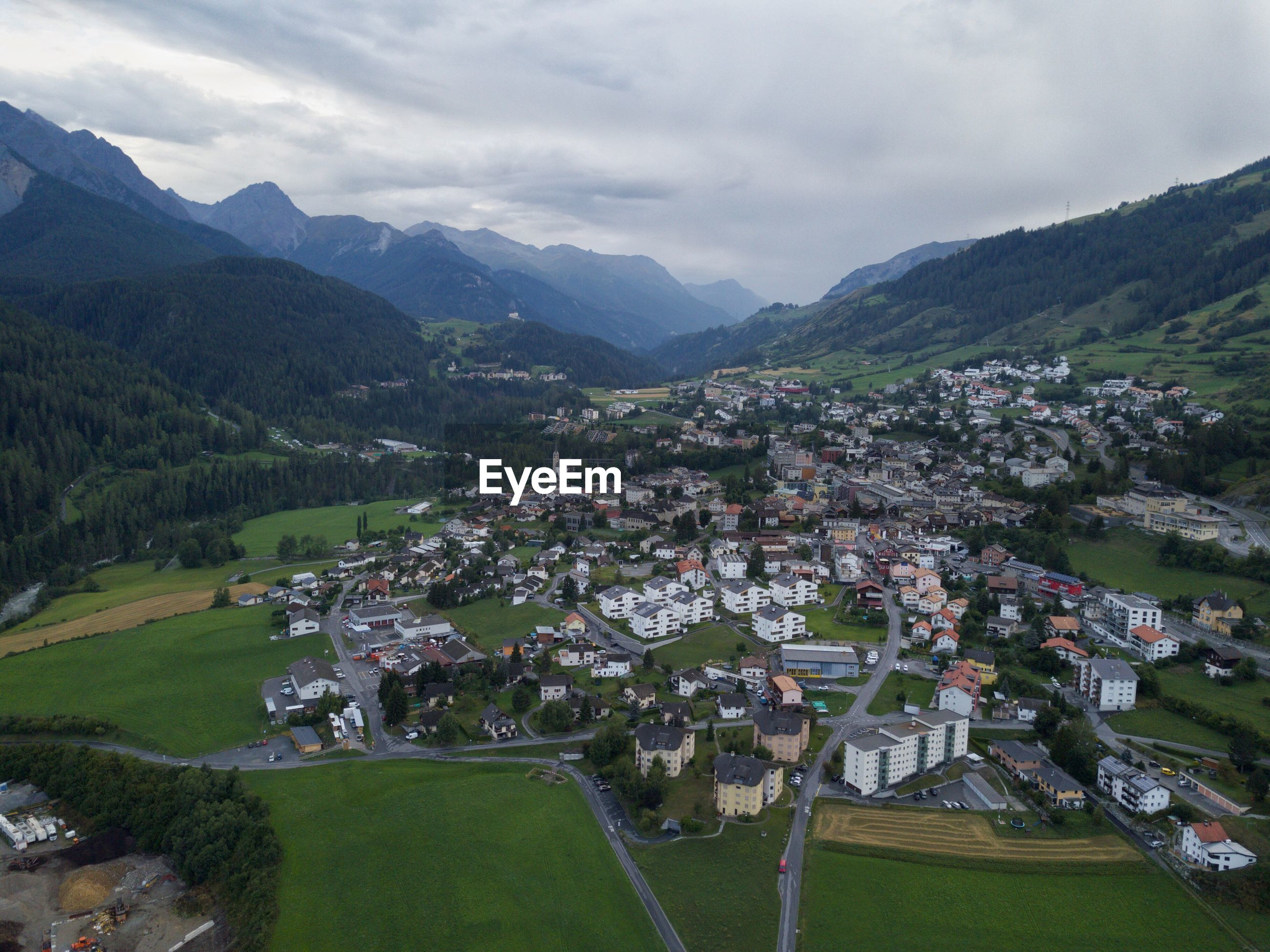 AERIAL VIEW OF TOWNSCAPE AGAINST SKY