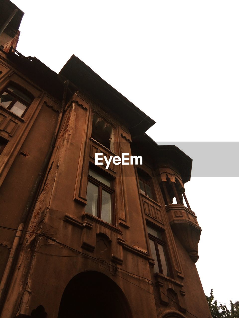 low angle view, building exterior, architecture, built structure, sky, clear sky, building, no people, nature, window, day, copy space, outdoors, city, history, residential district, the past, old, arch, time