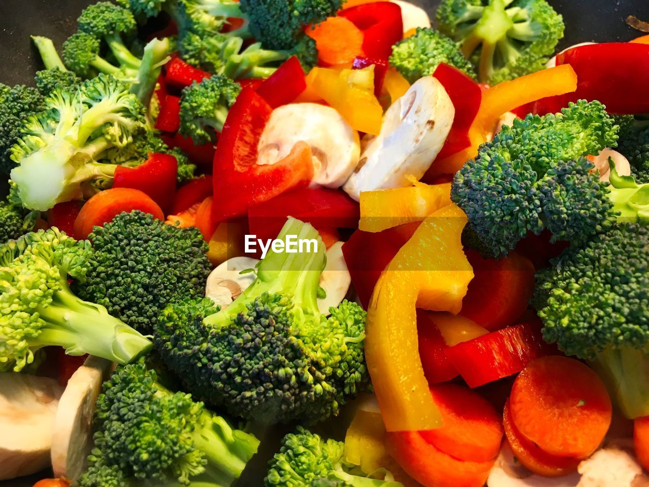 vegetable, broccoli, food and drink, food, healthy eating, wellbeing, green, freshness, bell pepper, choice, indoors, pepper, variation, carrot, no people, red, green color, root vegetable, chopped, tomato, vegetarian food