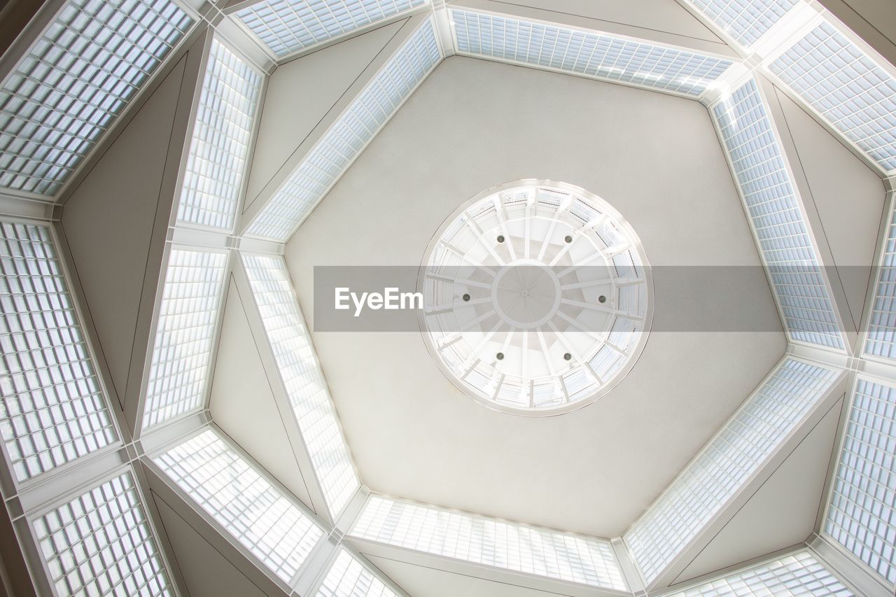 ceiling, low angle view, indoors, geometric shape, pattern, architecture, built structure, shape, no people, design, building, circle, directly below, day, architectural feature, full frame, dome, white color, skylight, cupola, architecture and art, ornate