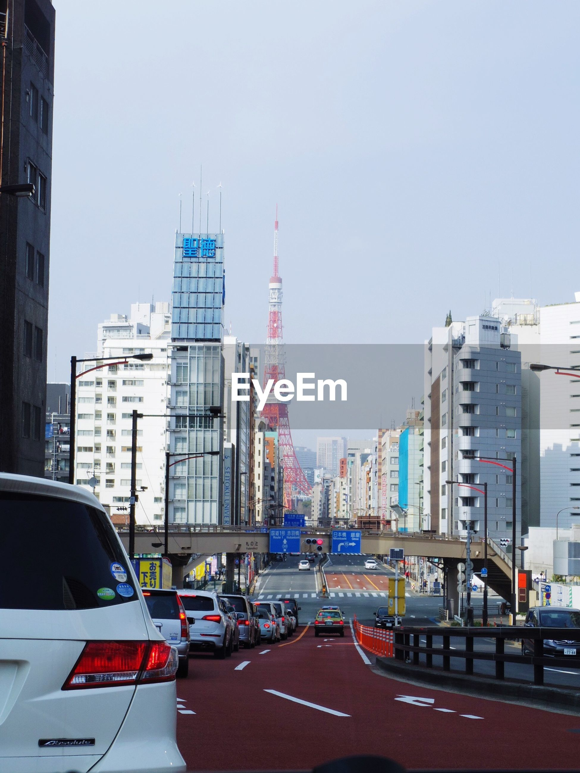 transportation, building exterior, architecture, car, city, built structure, mode of transport, land vehicle, clear sky, road, street, traffic, skyscraper, city life, road marking, city street, copy space, office building, building, modern