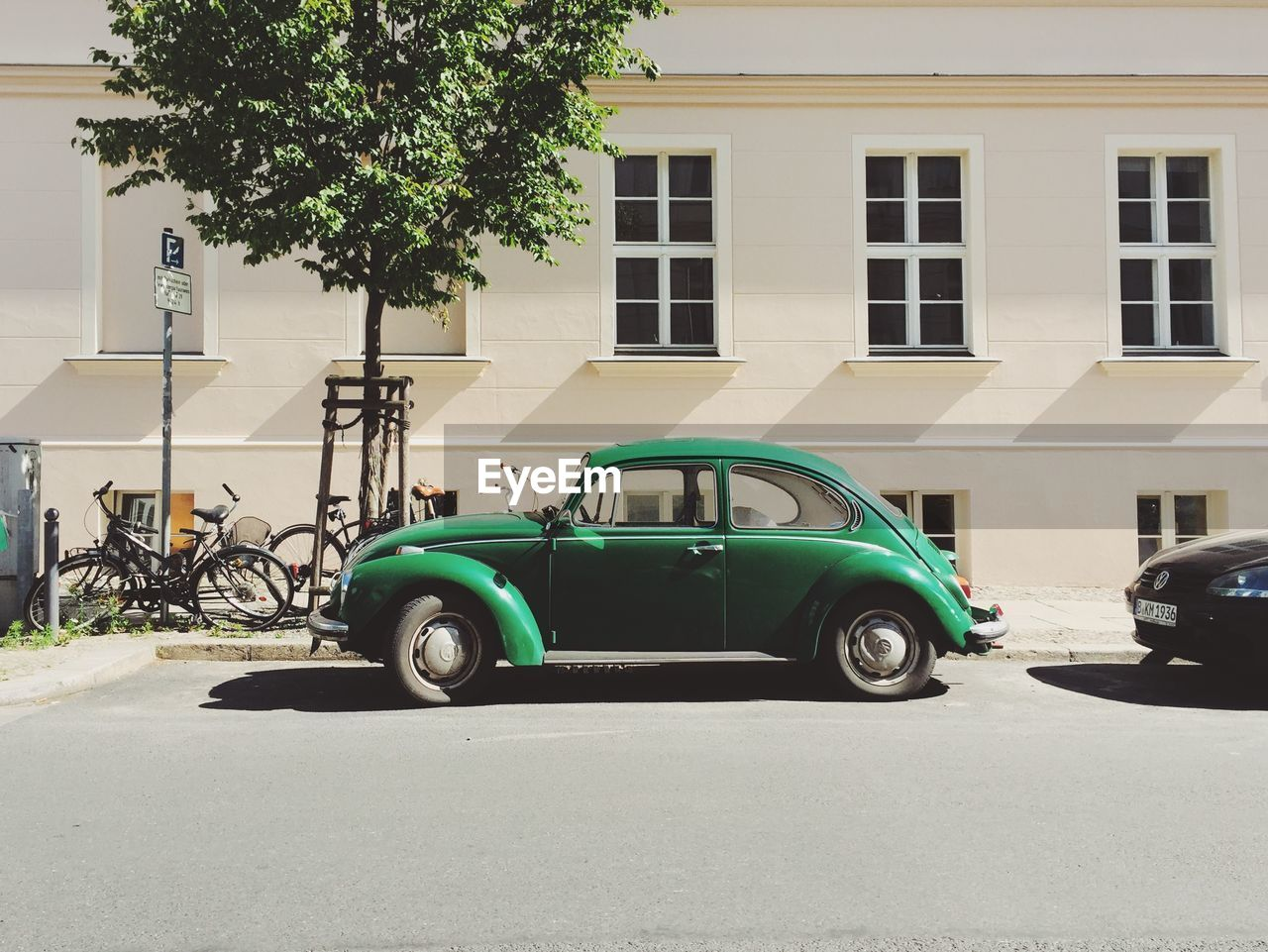 car, transportation, mode of transport, land vehicle, architecture, built structure, building exterior, parking, stationary, day, outdoors, city, no people