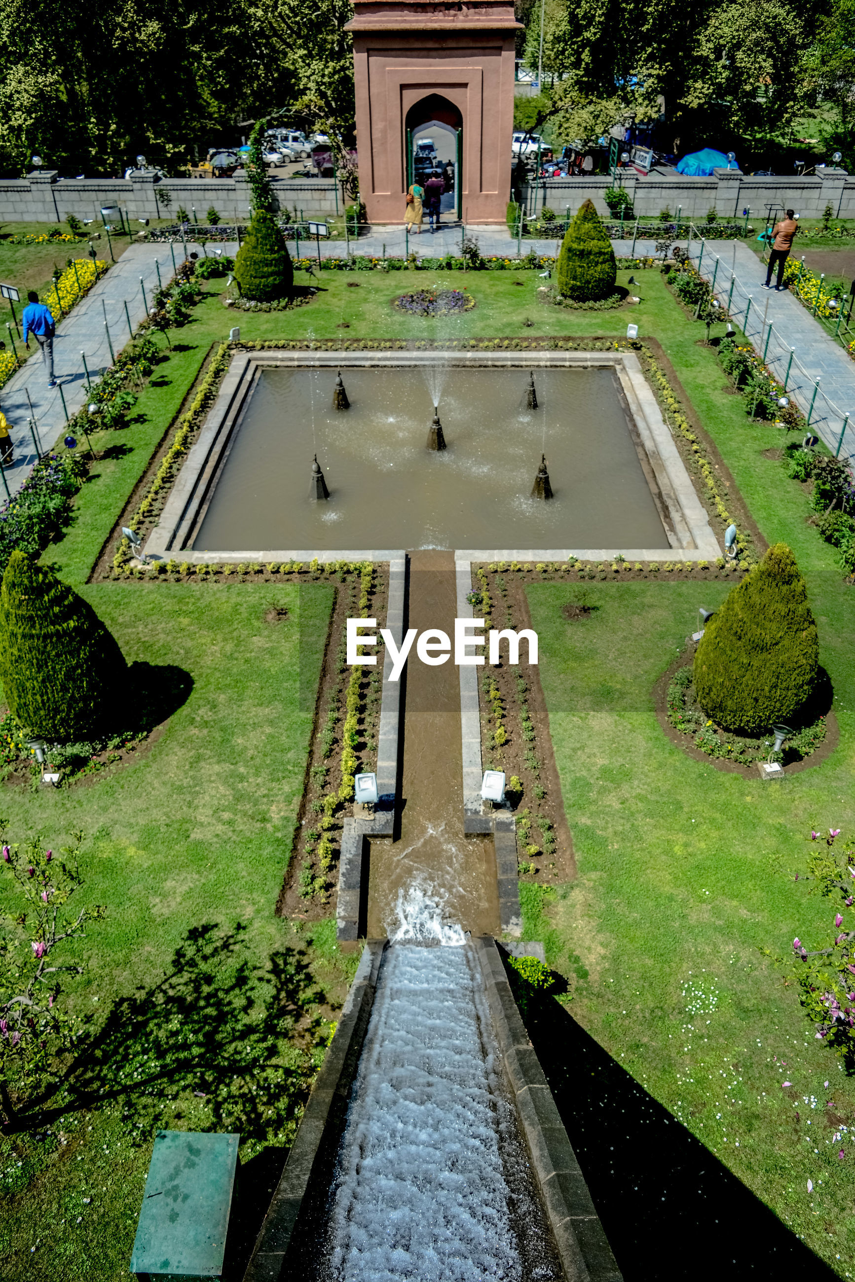 HIGH ANGLE VIEW OF FOUNTAIN IN PARK