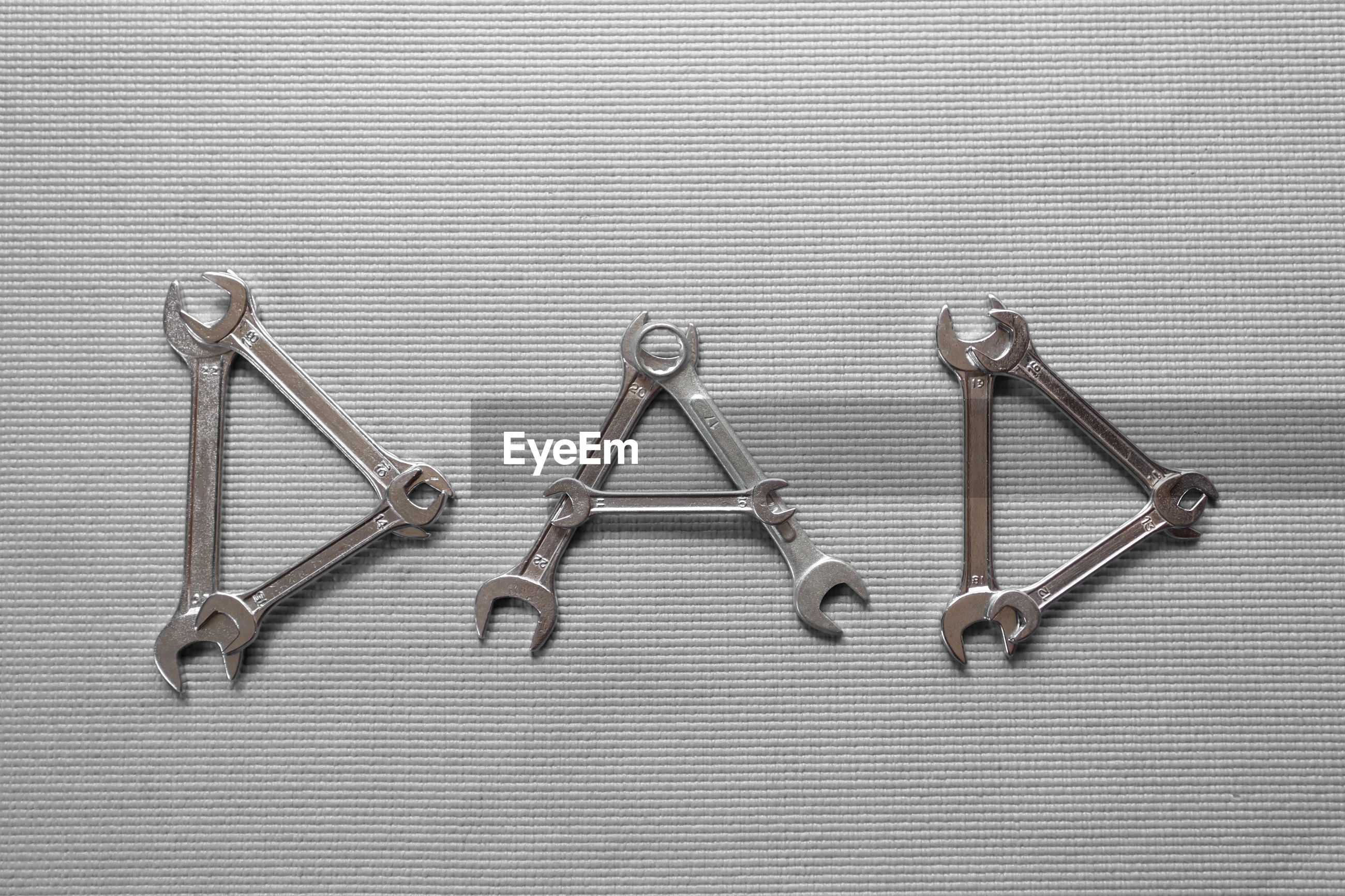 HIGH ANGLE VIEW OF CHAIN ON TABLE