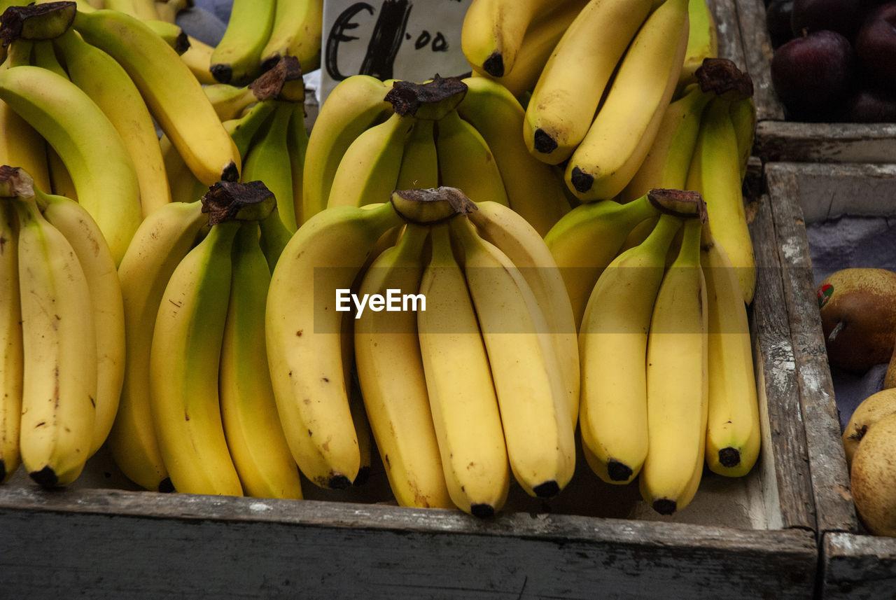 CLOSE-UP OF BANANAS AT MARKET STALL