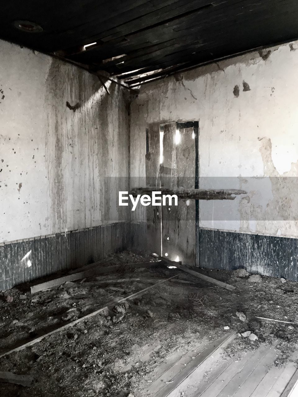 indoors, window, ceiling, abandoned, architecture, domestic room, destruction, no people, built structure, day