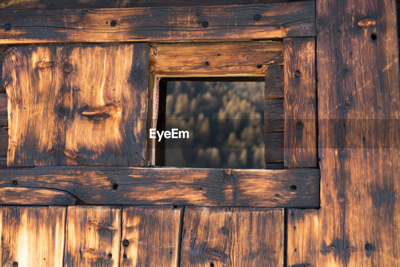 wood - material, window, log cabin, no people, hut, pattern, architecture, indoors, wood, backgrounds, brown, built structure, day, nature, tree, textured, full frame, glass - material, old, agricultural building, cottage, wood grain