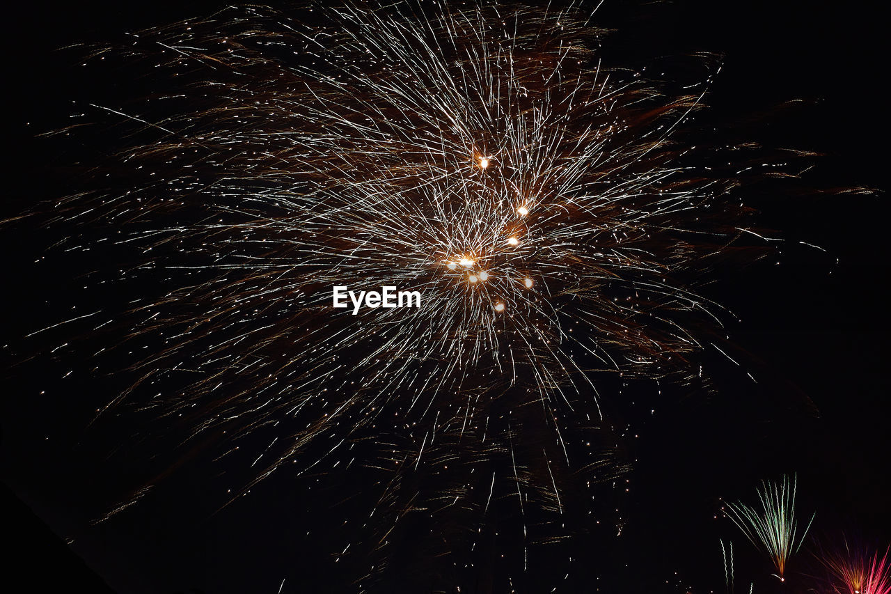 firework display, night, firework - man made object, long exposure, exploding, celebration, sparks, motion, arts culture and entertainment, low angle view, event, glowing, blurred motion, illuminated, firework, outdoors, no people, sky, sparkler