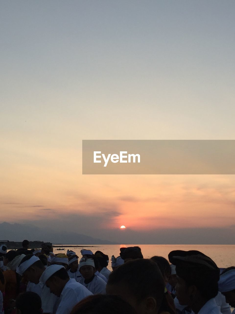 sky, sunset, water, sea, beauty in nature, scenics - nature, real people, horizon over water, horizon, nature, group of people, orange color, copy space, land, beach, lifestyles, men, cloud - sky, leisure activity, outdoors, digital camera