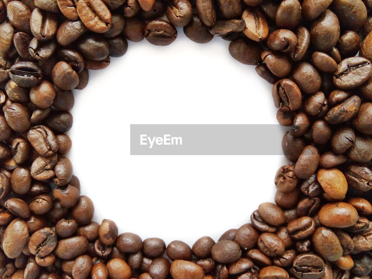 roasted coffee bean, coffee - drink, brown, coffee cup, food and drink, coffee bean, large group of objects, freshness, white background, no people, roasted, directly above, backgrounds, drink, refreshment, group of objects, studio shot, raw coffee bean, mocha, food, close-up, indoors, cappuccino
