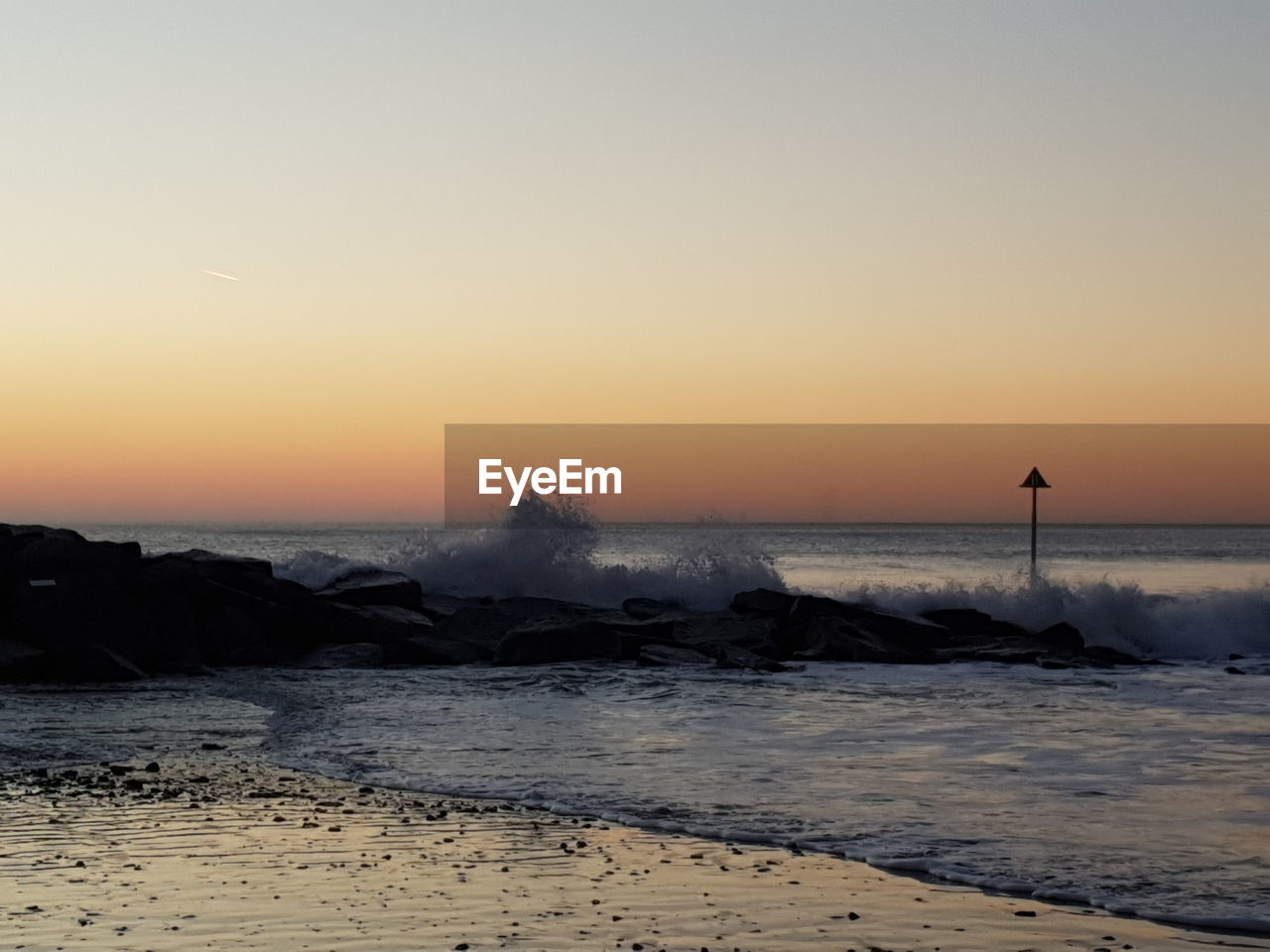 water, sky, sea, sunset, scenics - nature, beauty in nature, beach, tranquility, tranquil scene, nature, non-urban scene, wave, motion, land, horizon over water, idyllic, horizon, silhouette, copy space, no people, outdoors, power in nature, breaking