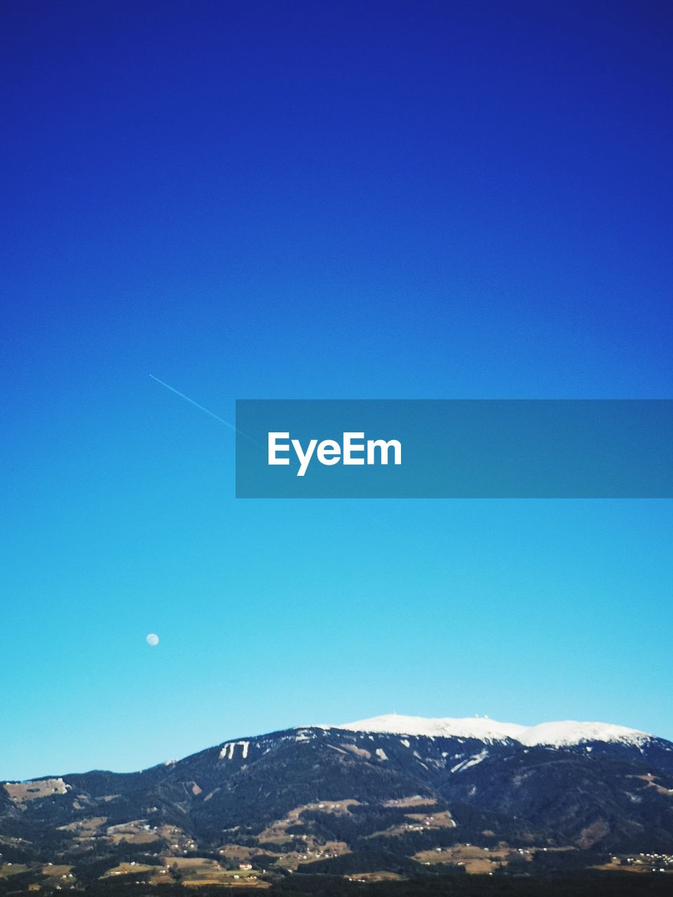 sky, mountain, scenics - nature, beauty in nature, blue, copy space, tranquil scene, clear sky, tranquility, nature, mountain range, no people, environment, non-urban scene, snow, idyllic, day, cold temperature, landscape, vapor trail, outdoors, snowcapped mountain, mountain peak