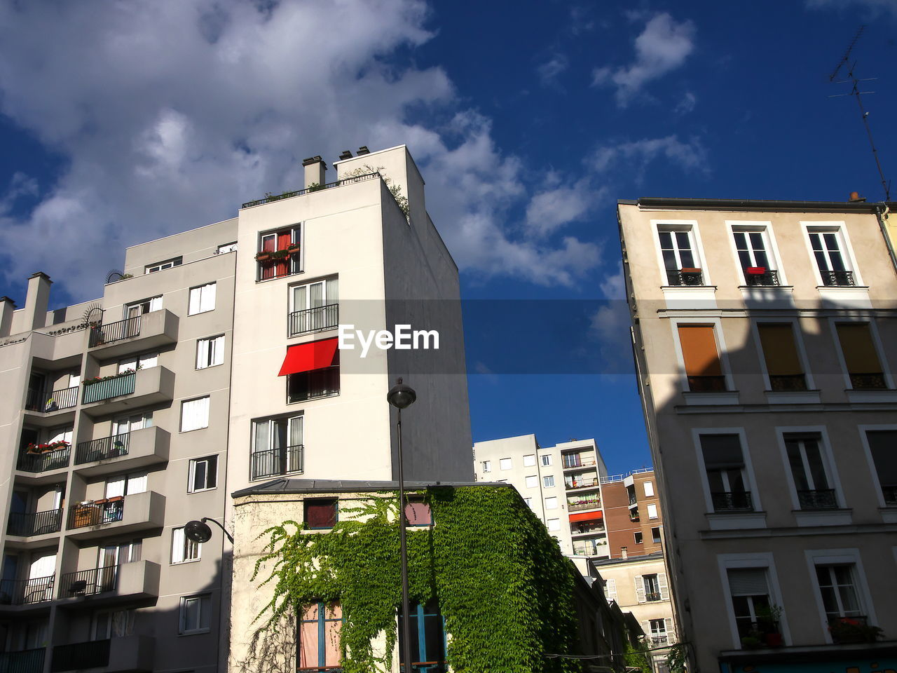LOW ANGLE VIEW OF APARTMENT BUILDINGS AGAINST SKY